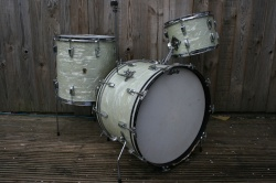Ludwig Transitional Badge '1960' Super Classic Outfit in White Marine Pearl